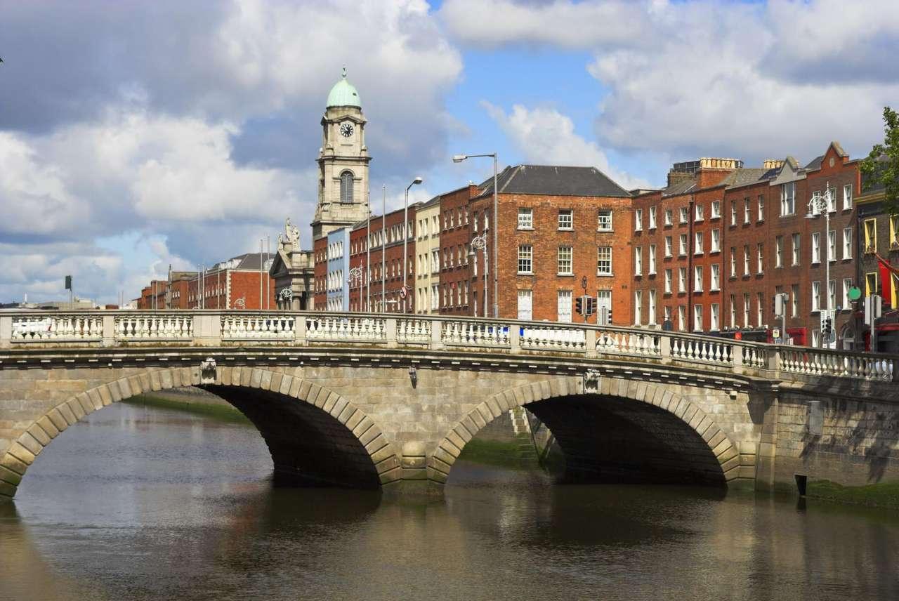 Most na rzece Liffey w Dublinie (Irlandia) - Most na rzece Liffey w Dublinie - stolicy Irlandii. Rzeka Liffey ma swoje źródła w Górach Wicklow, skąd płynie przez hrabstwa Wicklow, Kildare i Dublin, przepływając przez centrum stolicy kraj (11×5)