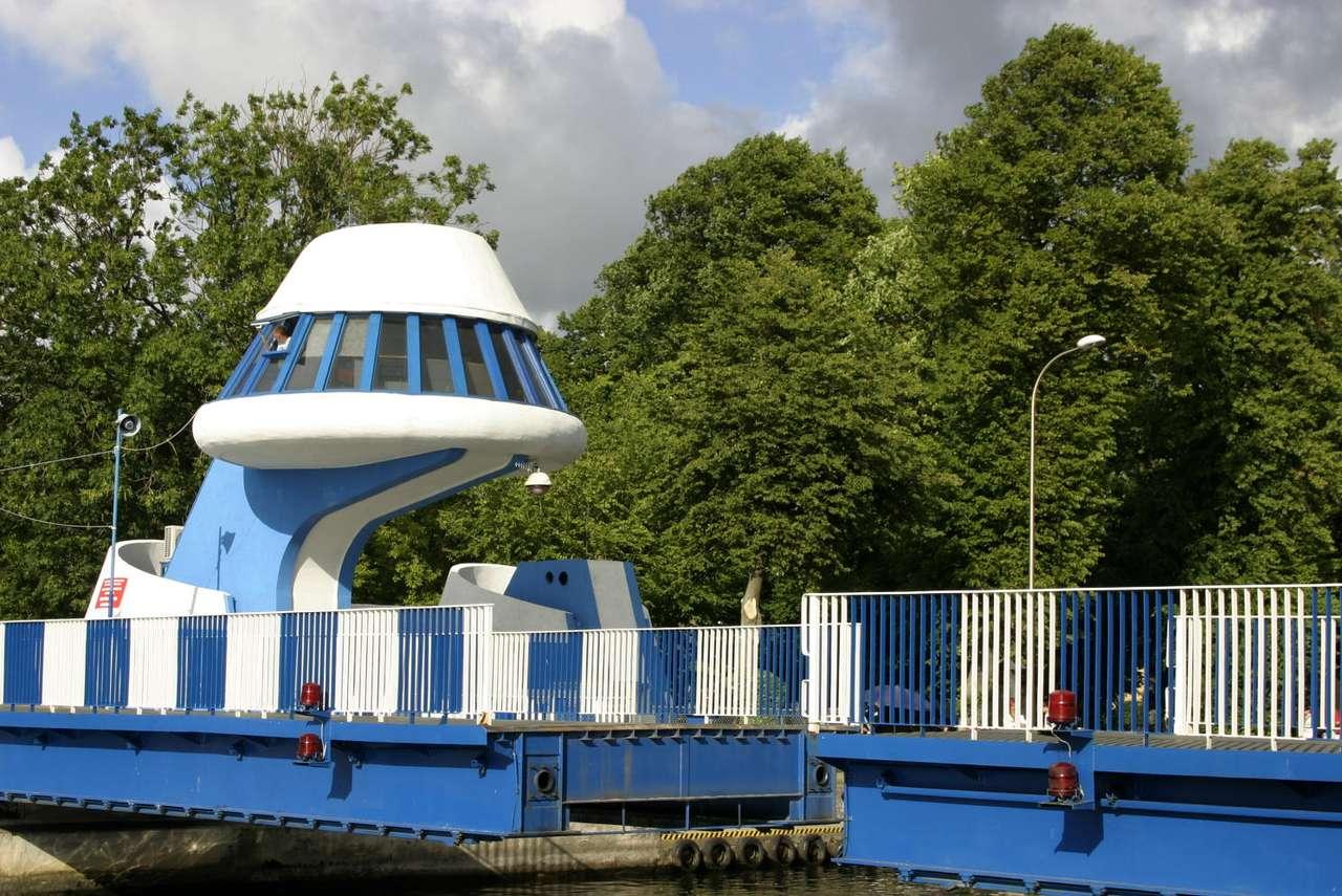 Most rozsuwany w Darłowie - Most rozsuwany na rzece Wieprzy łączy Darłówko Zachodnie z Darłówkiem Wschodnim. Jest to jedyna tego typu konstrukcja w Polsce. Dwie części mostu rozsuwają się wgłąb lądu, by umożliwić (12×7)