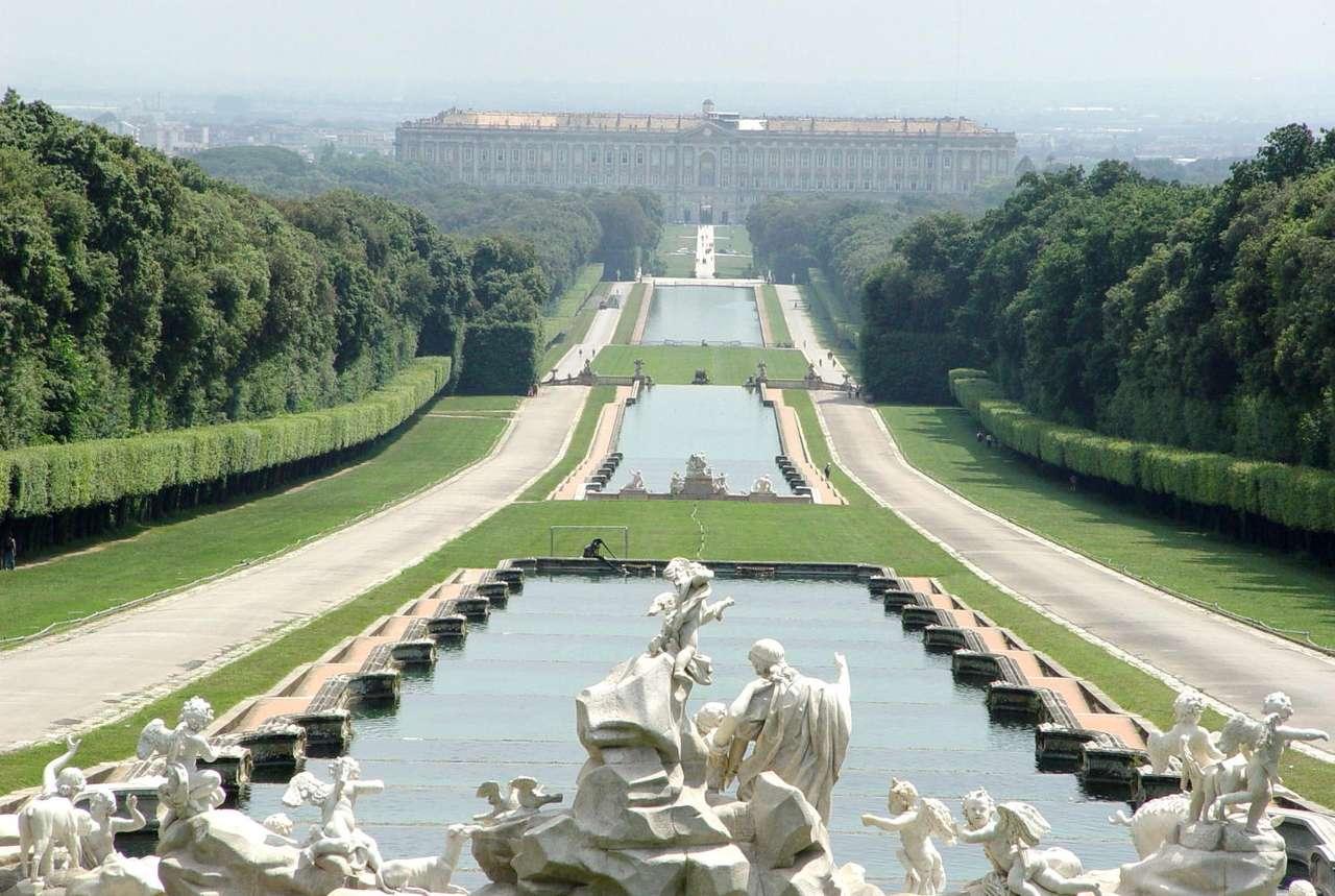 Pałac Królewski w Casercie (Włochy) - Widok pałacu od strony, liczącego 120 hektarów, parku. Pałac Królewski w Casercie (Reggia di Caserta) to największa budowla wzniesiona w XVIII-wiecznej Europie. Budowa rozpoczęła się w 1752 r (10×5)