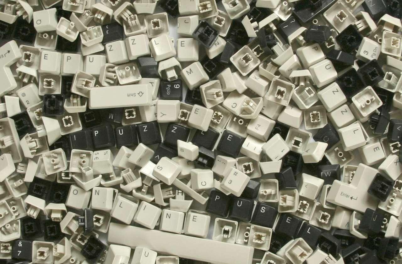 Klawisze - Klawiatura komputerowa to uparządkowany zestaw klawiszy opisanych literami, cyframi i symbolami. Najpopularniejszym układem klawiatury jest QWERTY, który pamięta czasy mechanicznych maszyn do pisa (20×13)