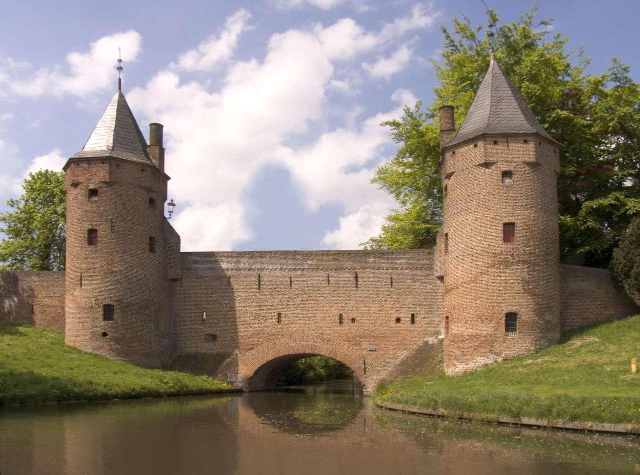 Mury obronne Amersfoort (Holandia) - Doskonały przykład średniowiecznej architektury obronnej. Pierwsze mury obronne miasta pochodzą z początku XIV wieku. W wyniku rozwoju miasta mury były w kolejnych wiekach rozbudowywane. Miasto (12×9)