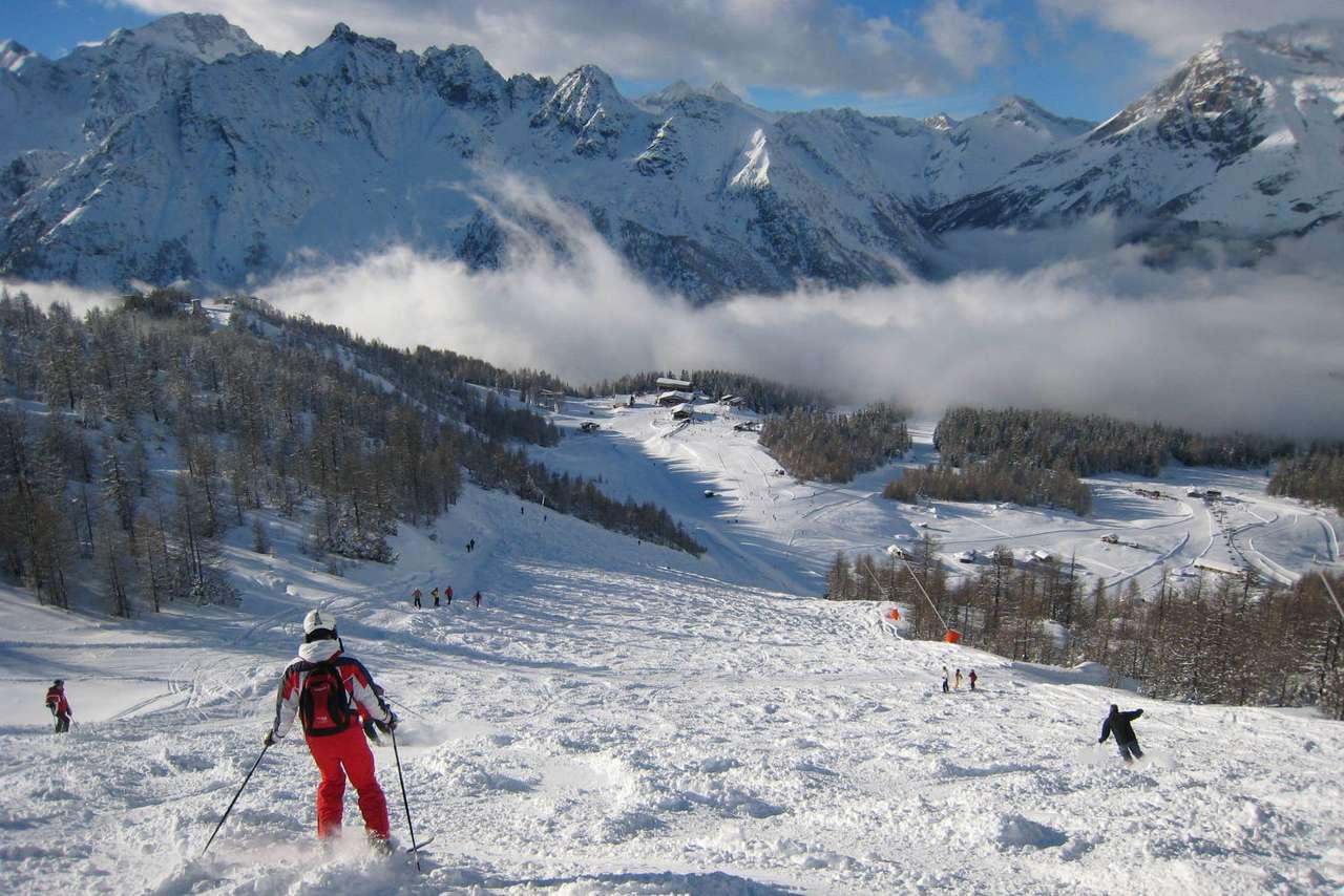Alpejska nartostrada (Włochy) - Nartostrada we włoskich Alpach w słoneczny, zimowy dzień (14×10)