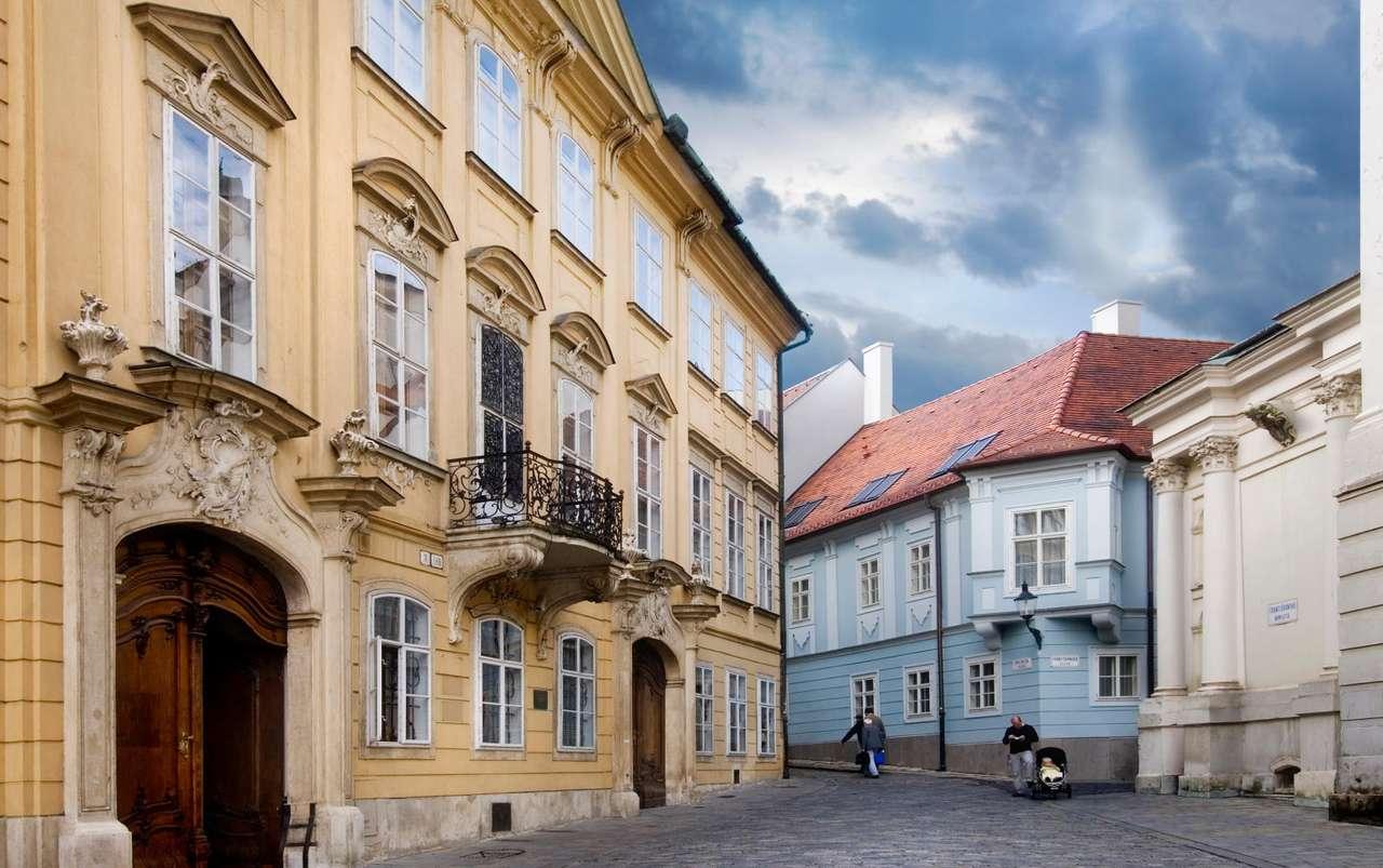 Starówka w Bratysławie (Słowacja) - Ulica Františkánska to jedna z najważniejszych ulic starówki w Bratysławie. Stare Miasto (Staré Mesto) to dzielnica stolicy Słowacji, będąca historycznym centrum miasta. Znajduje się tam wie (18×7)