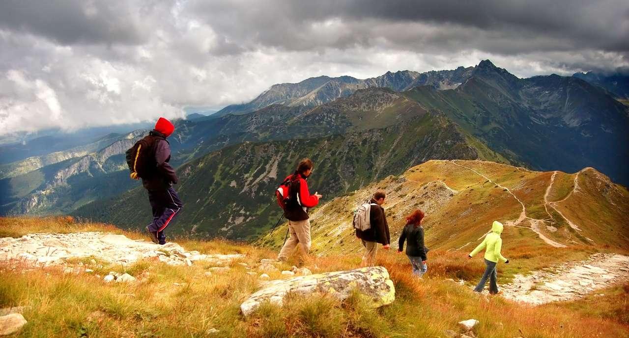 Burzowa pogoda w Tatrach - Tatry to najwyższe pasmo górskie w łańcuchu Karpat. Trzy czwarte powierzchni Tatr leży po stronie Słowacji, natomiast pozostała część należy do Polski. Długość Tatr wzdłuż grani głów (11×6)