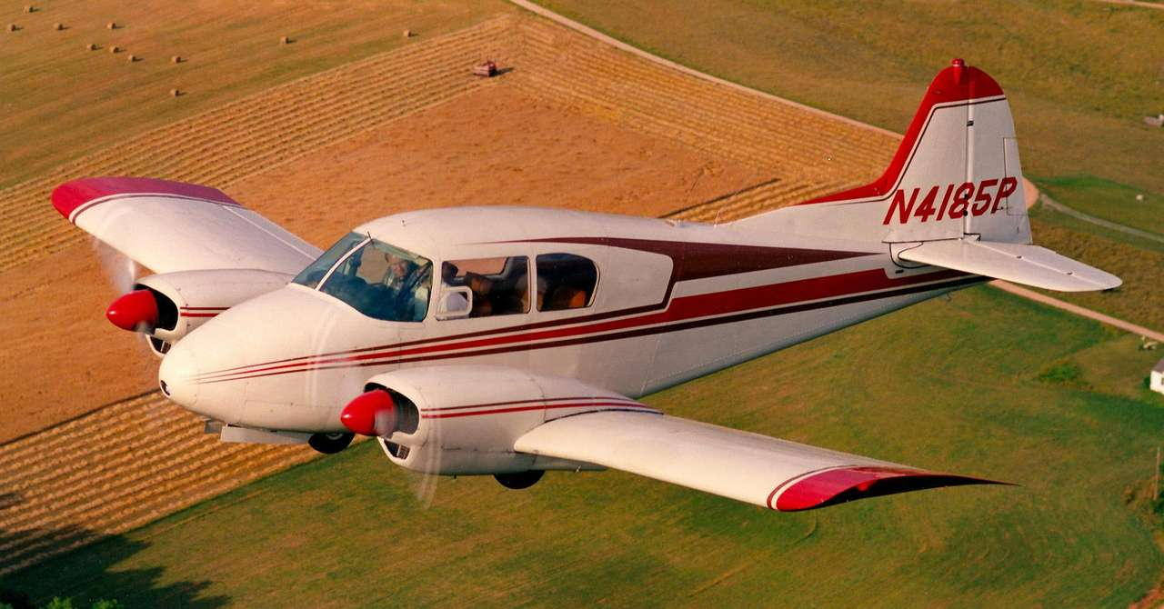 Piper PA-23-160 Apache - Dwusilnikowy samolot PA-23 Apache został skonstruowany i wprowadzony do produkcji przez amerykańską firmę Piper Aircraft w latach 50. XX wieku. Po przeprojektowaniu w 1959 roku, dzięki któremu u (11×5)