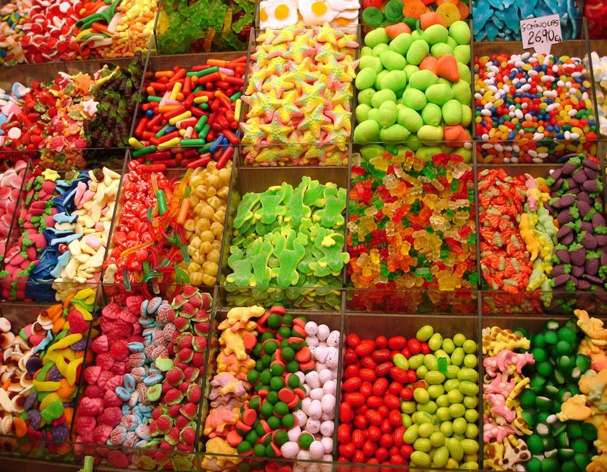 Żelki i inne słodycze - Słodkości na straganie. Dzieci przepadają za żelkami i innymi słodkościami. Żelki produkuje się zwykle z cukru, syropu glukozowego, skrobii, barwników i aromatów, kwasu cytrynowego i żelaty (25×18)
