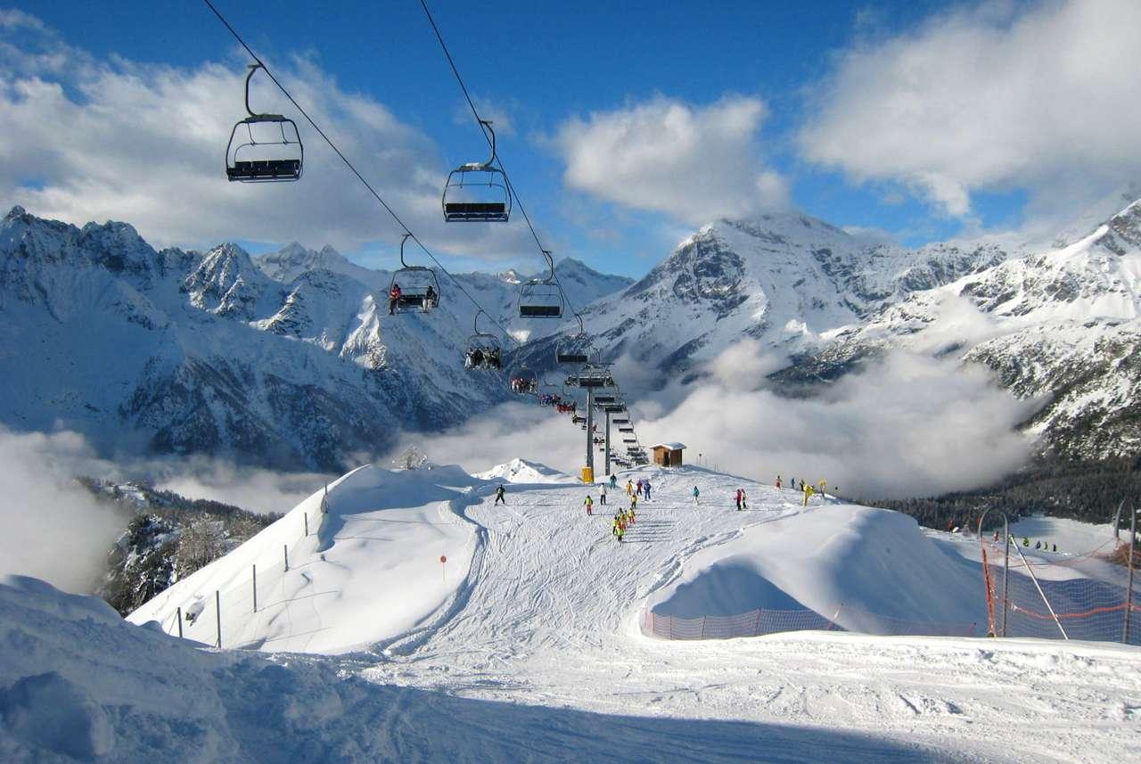 Ośrodek narciarski (Włochy) - Zimowy krajobraz typowego ośrodka narciarskiego. Dobrze przygotowane trasy, wyciąg krzesełkowy, piękny krajobraz, wspaniała, słoneczna pogoda - wszystko czego może oczekiwać miłośnik białeg (14×7)
