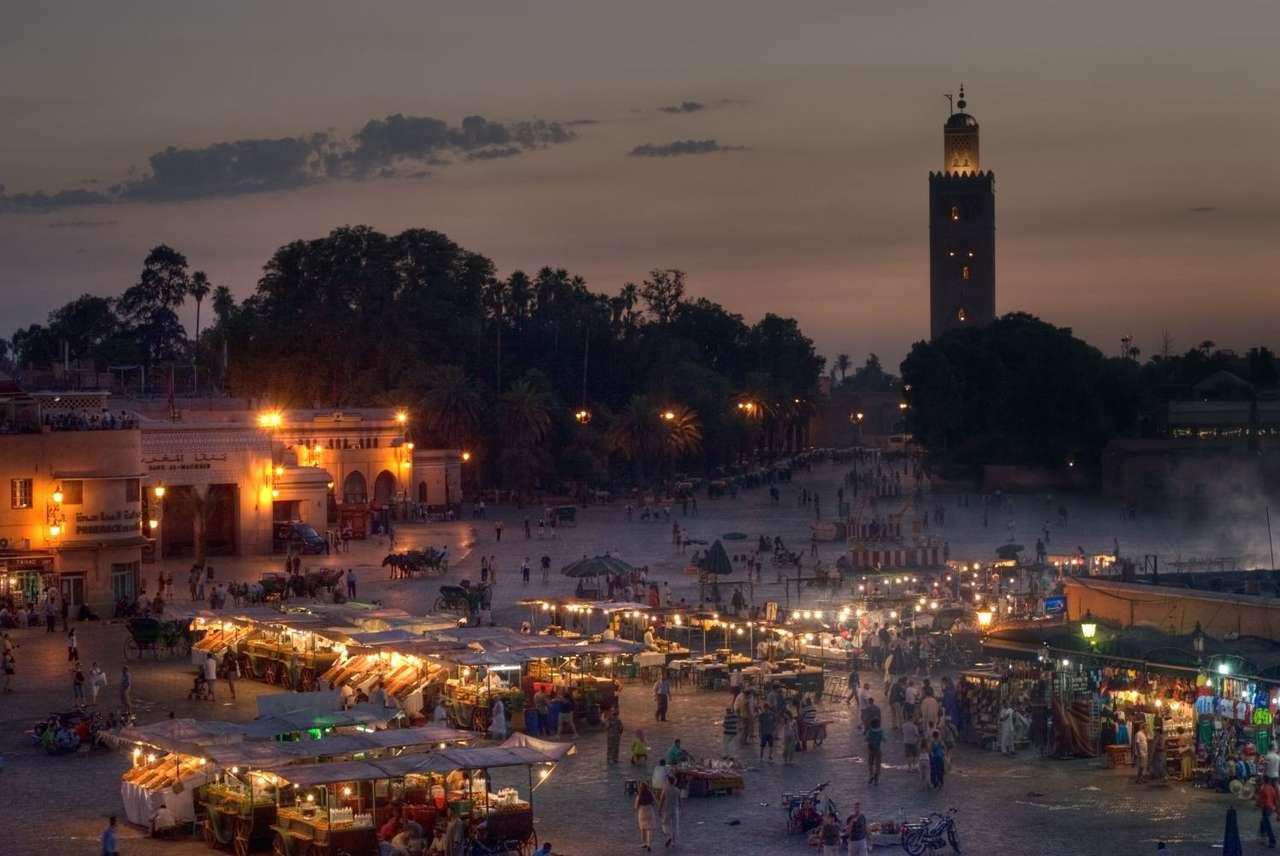 Marrakesz o zachodzie słońca (Maroko) - Zachód słońca nad głównym placem Marrakeszu, Djemaa el Fna, z wyraźnie widocznym minaretem Meczetu Kutubijja. Marrakesz jest jednym z najważniejszych ośrodków turystycznych Maroka. Historia m (8×5)