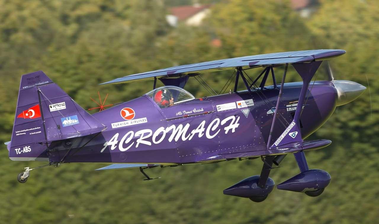 Pitts S-2B - Specjalna wersja akrobacyjnego dwupłatowca Pitts S-2B. Należący do tureckiego zespołu akrobacyjnego samolot Purple Violet, został wyposażony, na potrzeby pokazów lotnicznych, w 407-konny silnik (10×4)