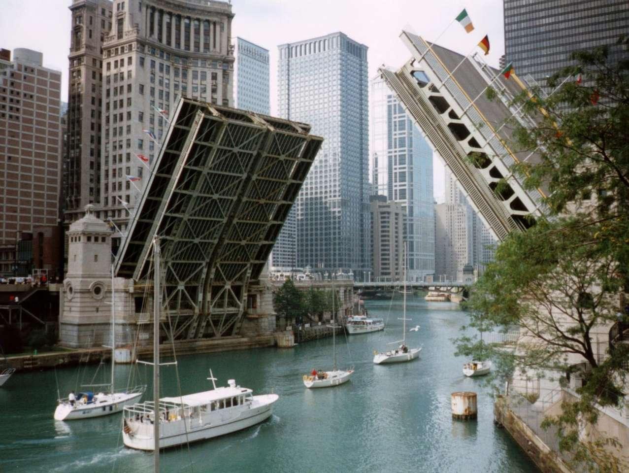 Most Michigan Avenue (USA) - Most zwodzony Michigan Avenue na rzece Chicago jest częścią jednej z głównych ulic trzeciego co do wielkości miesta Stanów Zjednoczonych. Konstrukcja tego dwupoziomowego mostu powstała w latac (14×10)