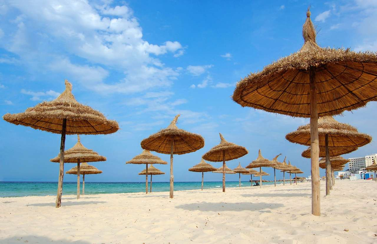 Plaża w mieście Susa (Tunezja) - Susa to popularny kurort wypocznynkowy w Tunezji. Położona jest w Afryce, nad Morzem Śródziemnym we wschodniej części kraju. Jest trzecim pod względem wielkości miastem Tunezji. Susę odwiedza (8×5)