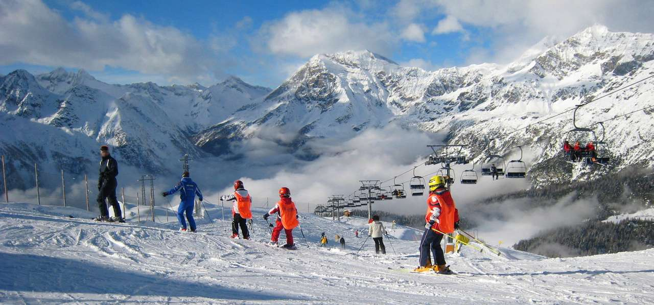 Szkółka narciarska na stoku - Młodzi i starsi, zaczynający swoją przygodę ze śniegiem, narciarze mogą zdobywać swoje umiejętności w szkółkach narciarskich. Pod czujnym okiem instruktora można stawiać pierwsze kroki na (15×7)