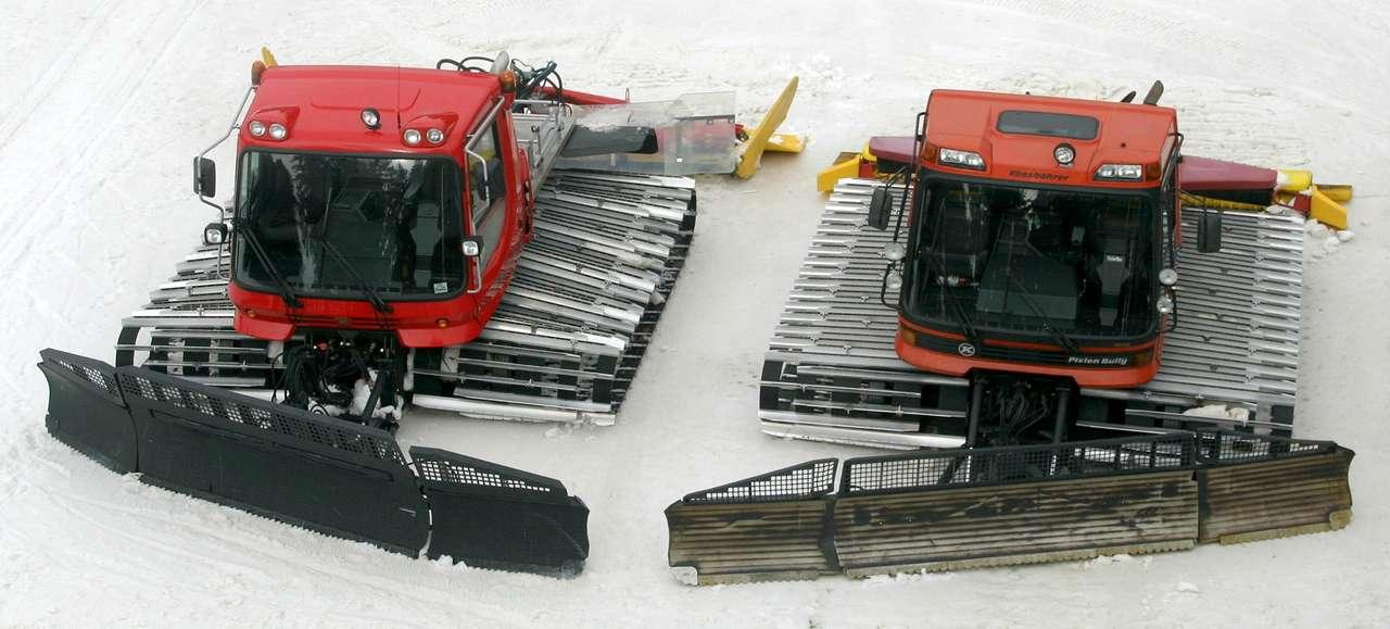 Ratraki - Dwa ratraki w ośrodku narciarskim Martinské Hole na Słowacji. Ratrak to pojazd gąsiennicowy służący do przygotowywania tras narciarskich. Zwykle z przodu posiada zamontowany lemiesz, a z tyłu (16×6)