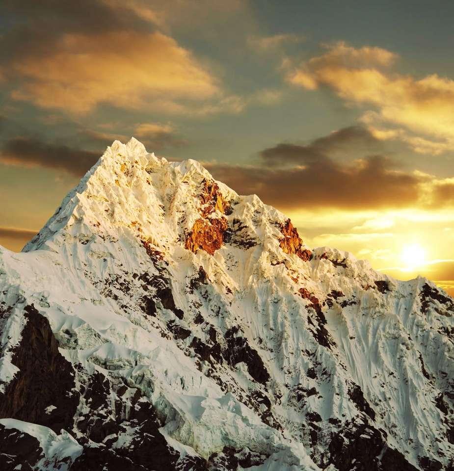 Szczyt Alpamayo (Peru) - Alpamayo to szczyt w peruwiańskich Andach, w paśmie górskim Cordillera Blanca (Białe pasmo), wznoszący się na wysokość 5947 m n.p.m. Od 1966 roku, dzięki wystawie fotograficznej w Monachium, (9×9)
