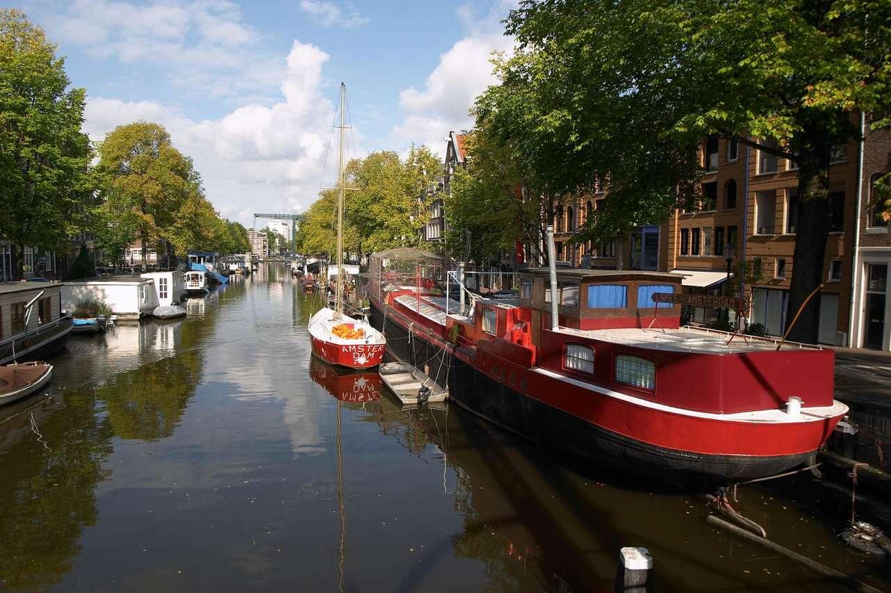 Kanał w Amsterdamie (Holandia) - Stolica Holandii nazywana jest często Wenecją Północy. Zawdzięcza to przeszło stu pięćdziesięciu kanałom i dziewięćdziesięciu wyspom. Nie bez znaczenia jest także ponad tysiąc pięćset (12×8)