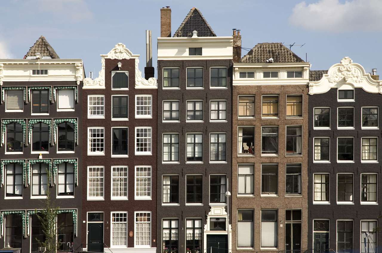 Kamienice w Amsterdamie (Holandia) - Fasady pięciu kamienic w starej części Amsterdamu, gdzie spotkać można wiele pięknych kamieniczek, usytuowanych nad licznymi kanałami. Cechą charakterystyczną holenderskich domów i kamienic (11×5)