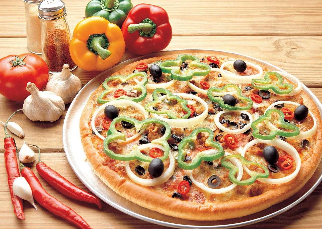 Pizza - Pizza to specjalność kuchni włoskiej, rozpowszechniona na niemal całym świecie. W wersji podstawowej drożdżowy placek posmarowany jest sosem pomidorowym oraz posypany ziołami i tartym serem mo (13×9)