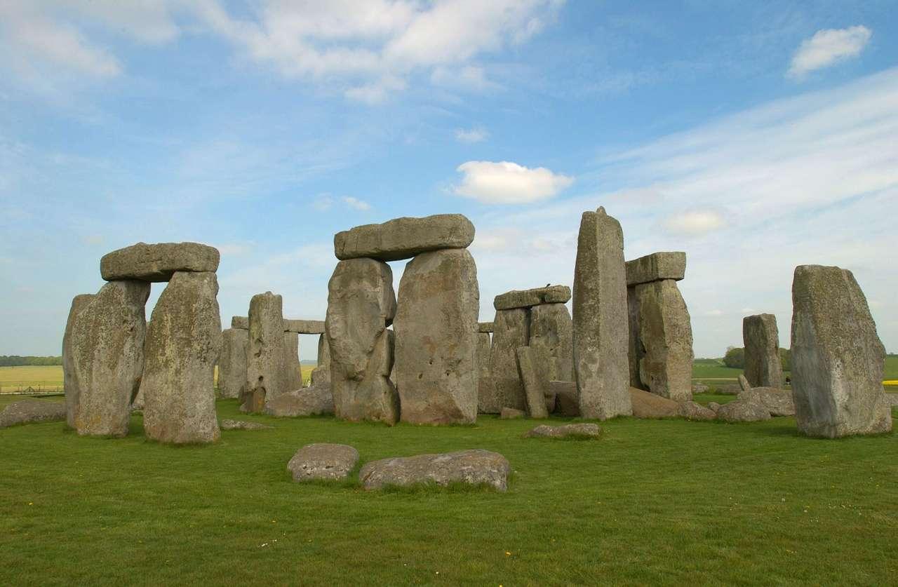 Stonehenge (Wielka Brytania) - Stonehenge to pochodząca z neolitu i brązu, słynna budowla monolityczna - kamienny krąg. Położony jest w hrabstwie Wiltshire w południowej Anglii. Stonehenge stało się miejscem kultu około t (9×5)