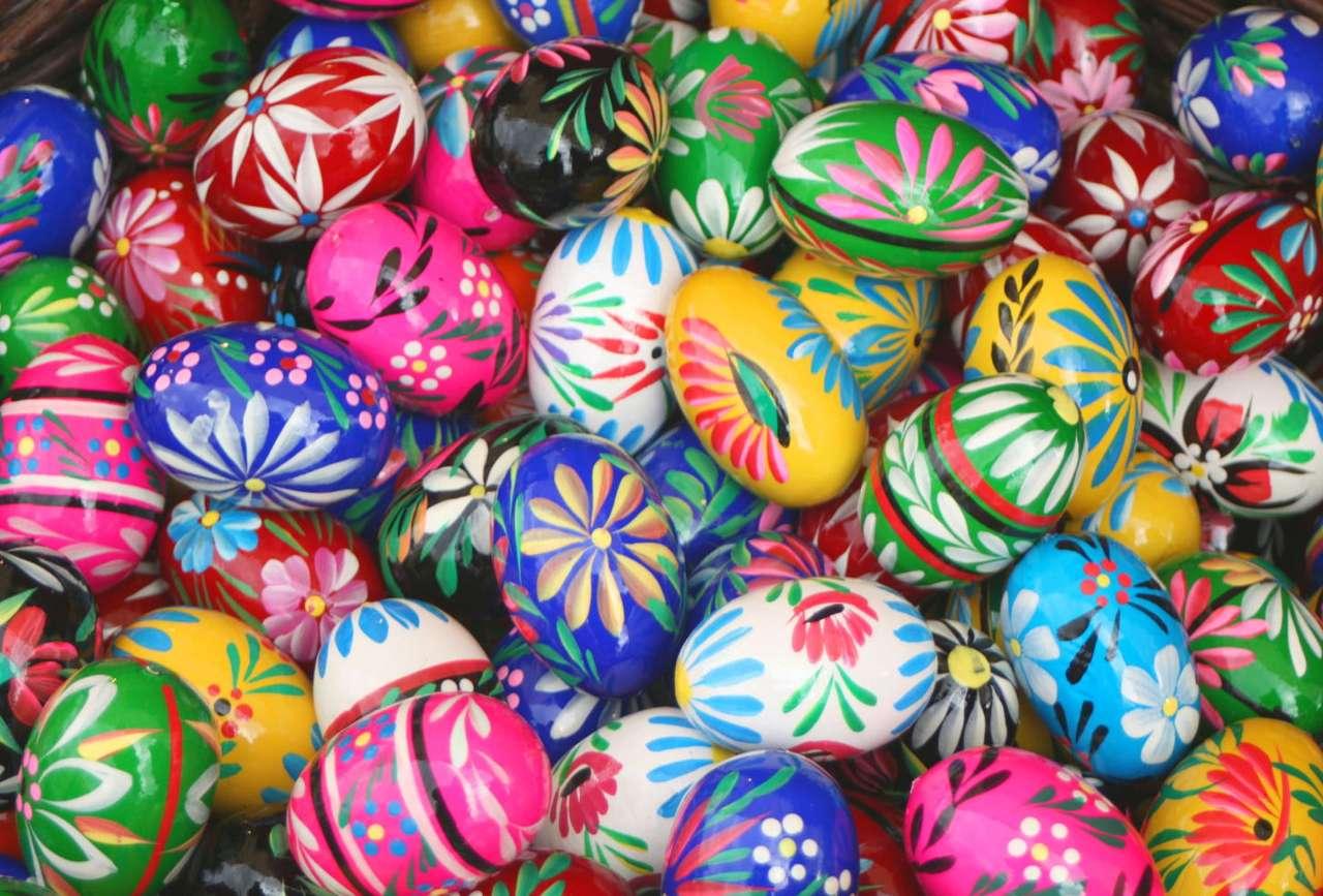 Kolorowe pisanki - Zwyczaj malowania jajek narodził się w Persji. Pisanki związane były ze świętem noweg roku (Nowruz), obchodzonym na początku wiosny. Najstarsze ślady polskich pisanek pochodzą z X wieku. Był (26×17)