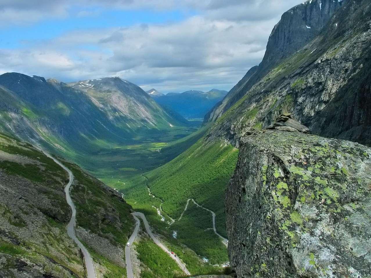 Dolina Isterdalen i Drabina Trolli (Norwegia) - Trollstigen (Drabina Trolli) to niezwykle kręta, górska droga łącząca doliny Isterdalen i Valldal. Wybudowana w 8 lat droga została otwarta w 1936 roku. Jej średnie nachylenie wynosi 9%, co w p (11×8)