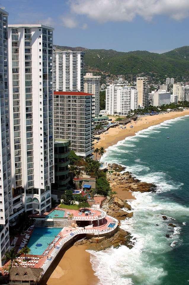 Acapulco (Meksyk) - Acapulco de Juárez to meksykańskie miasto portowe położone nad Oceanem Spokojnym. Miasto zostało wybudowane na pasie między Pacyfikiem a wysokimi górami. Od strony lądu do miasta można się d (7×10)