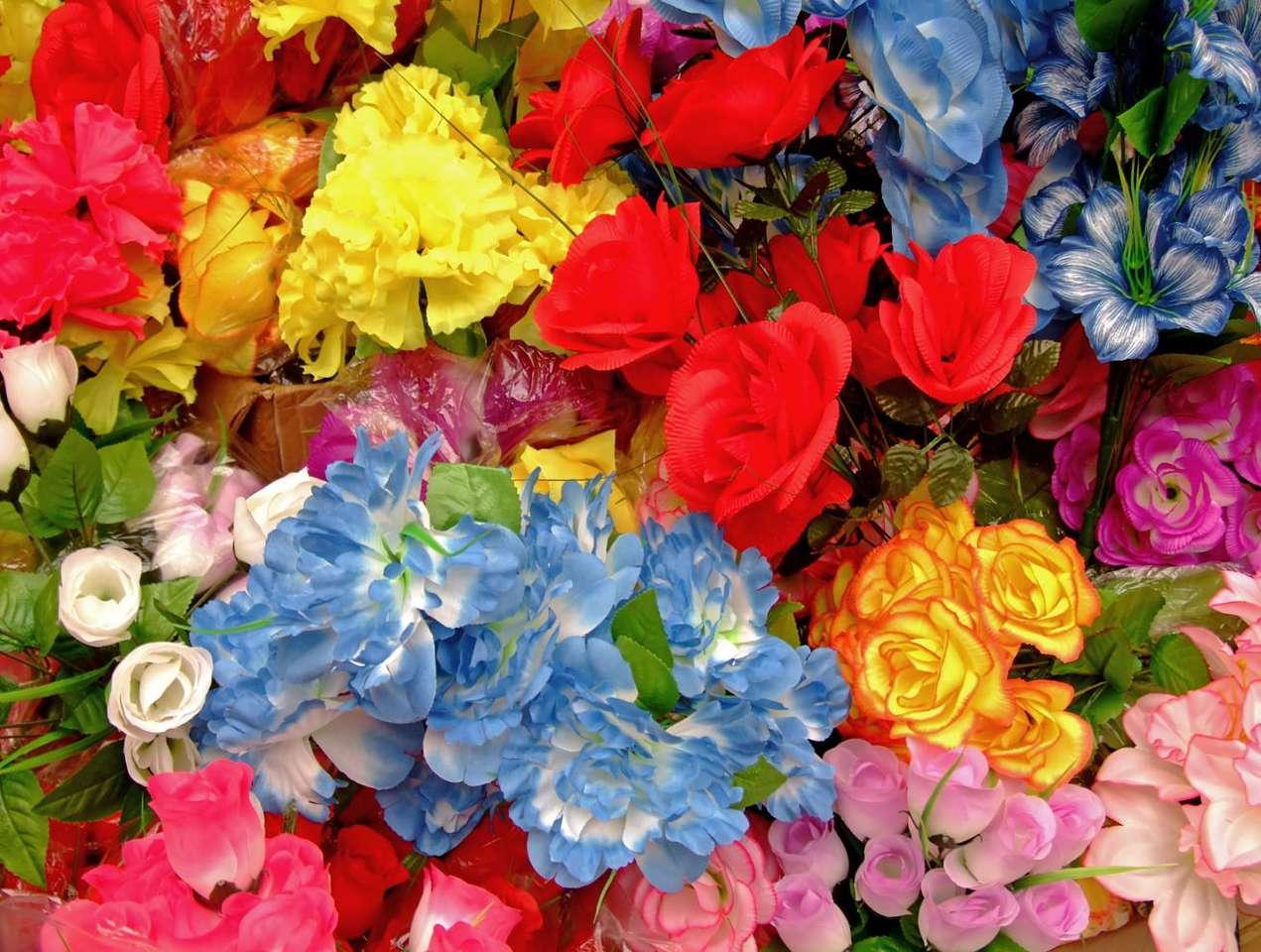 Sztuczne kwiaty - Coraz częściej do dekoracji wykorzystuje się imitacje naturalnych kwiatów. Mogą one być wykonane z tkaniny, papieru, tworzywa sztucznego, a nawet z materiałów takich jak mydło czy glina. Ich (23×18)