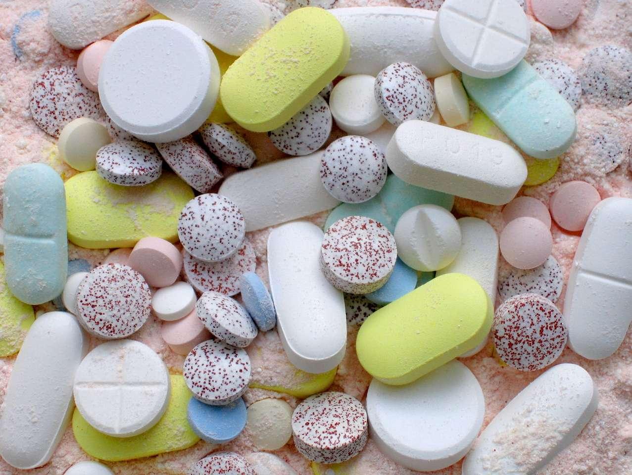 Tabletki - Tabletka jaka jest, każdy widzi. Może mieć przeróżny kształt i kolor, co ma na celu, między innymi, poprawienie estetyczności produktu leczniczego. Aby jednak produkt leczniczy został dopuszc (18×13)