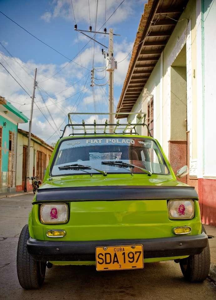 Maluch w Trynidadzie (Kuba) - Na Kubie spotkać można wiele zabytkowych samochodów. Prywatne pojazdy poruszające się po wyspie do w dużej mierze stare auta amrykańskie sprzed czasów rewolucji. Można tam spotkać wiele limu (8×11)