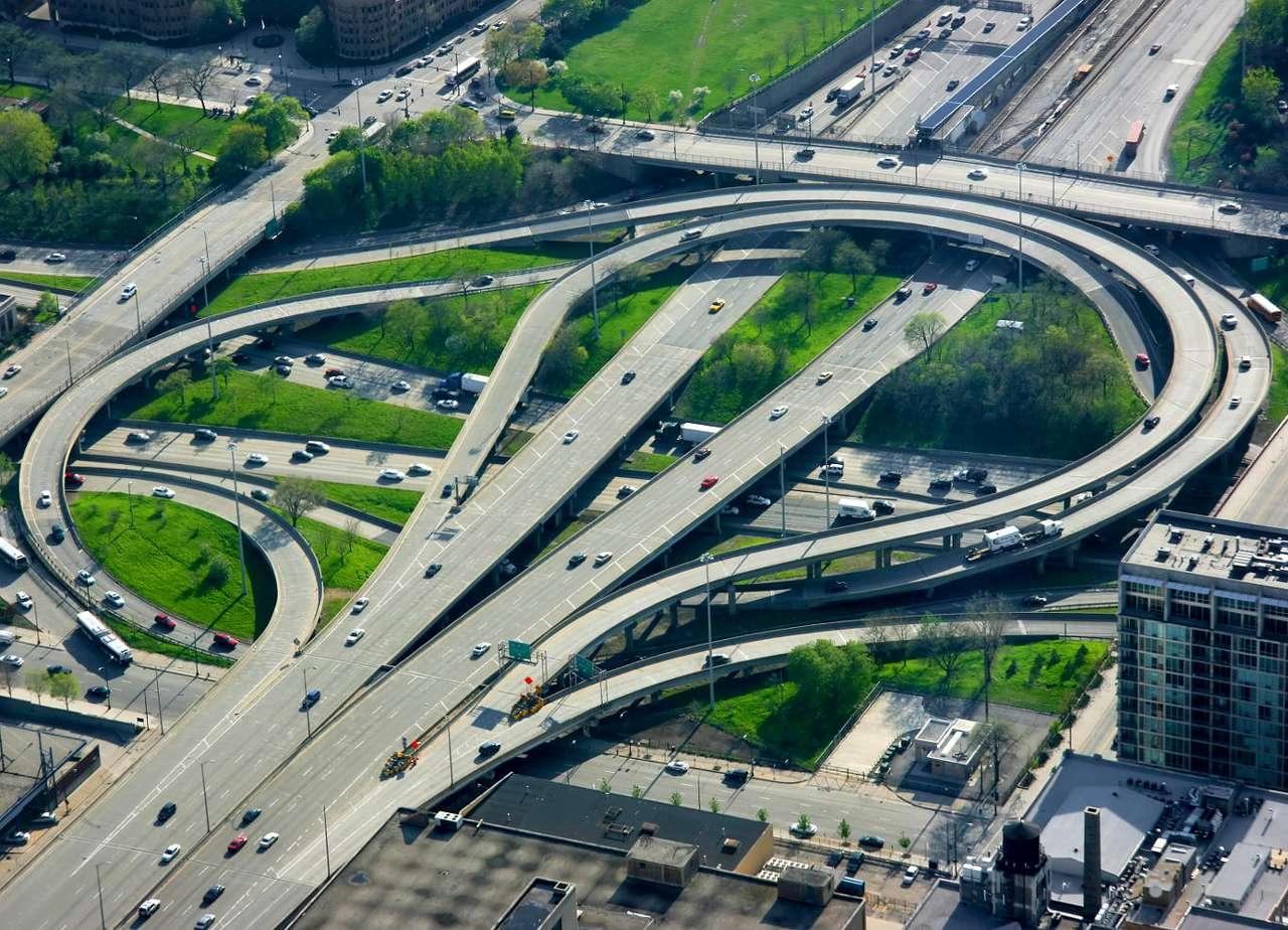Wezeł autostradowy - Widok z wieżowca Sears Tower na węzeł autostradowy w Chicago, w amerykańskim stanie Illinois. Chicago to wielki węzeł komunikacyjny. Przez miasto i przedmieścia przebiega czterdzieści jeden li (18×13)