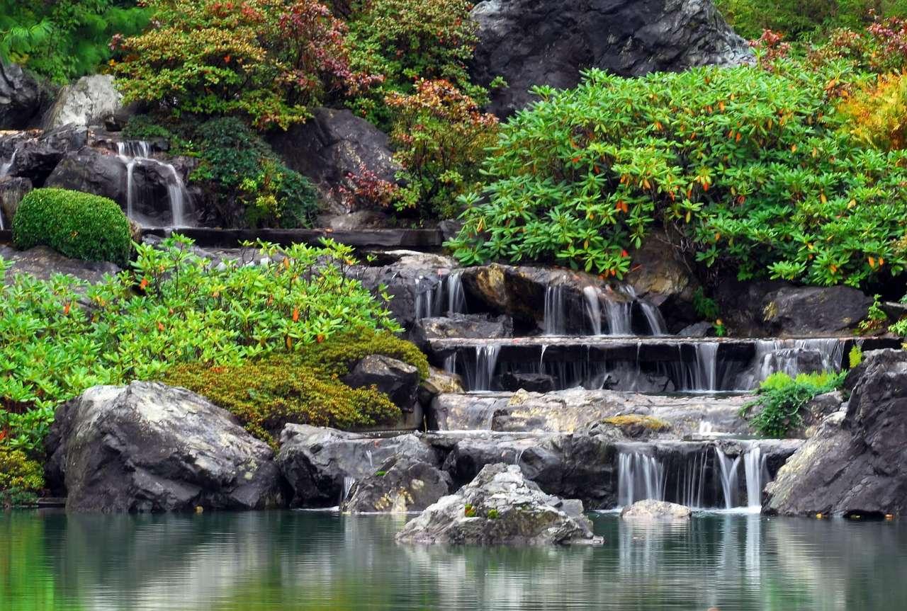 Wodospad w ogrodzie japońskim - Niewielki wodospad w ogrodzie o japońskim stylu. Ogród japoński, zgodnie z założeniami, powinien jak najlpiej naśladować przyrodę. Pielęgnacja powinna być wykonywana tak, aby działania czł (13×9)
