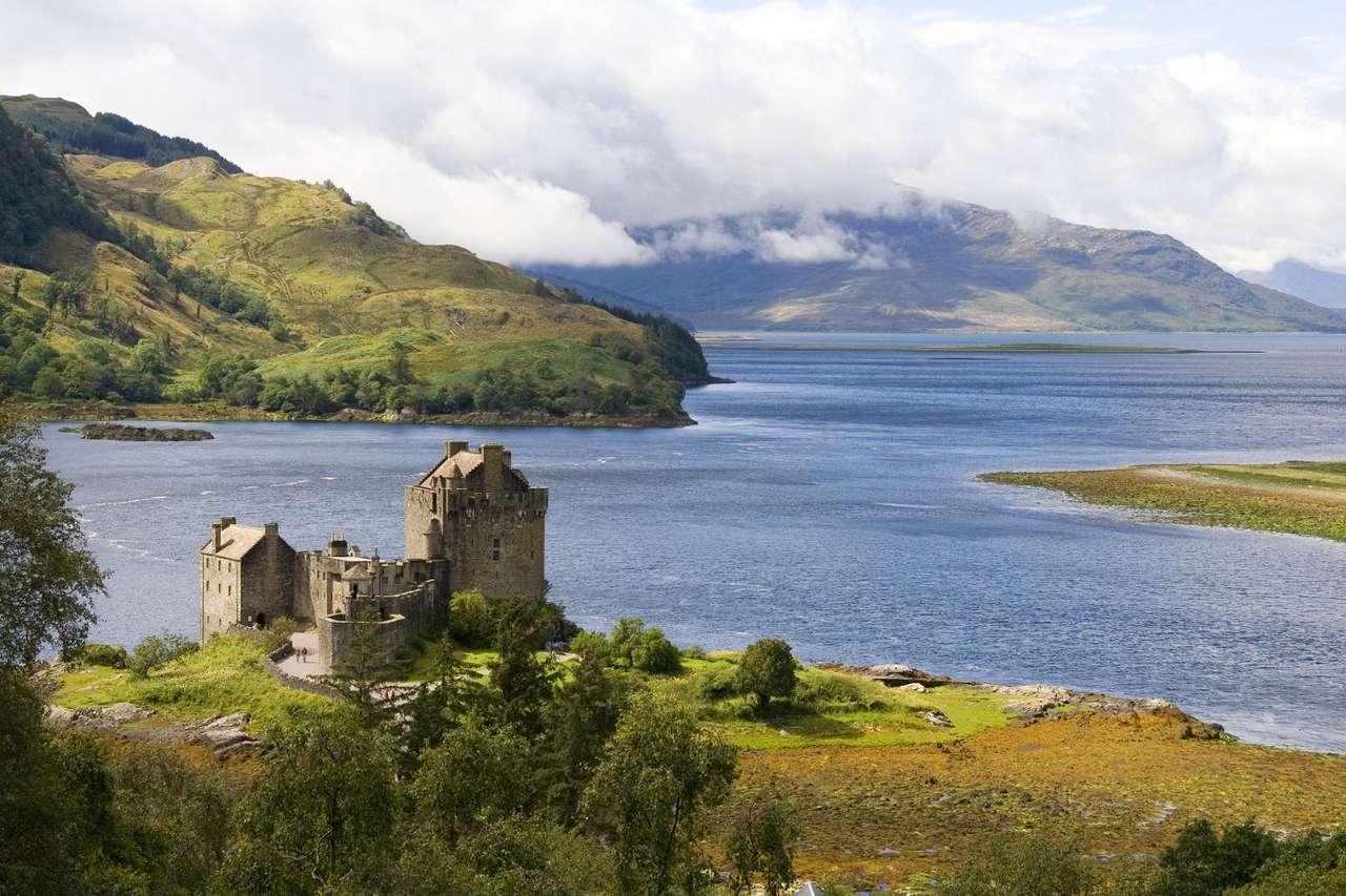 Zamek Eilean Donan (Wielka Brytania) - Eilean Donan (Wyspa Donana) to niewielka wyspa z zamkiem na Loch Duich w Szkocji. Wyspa jest połączona ze stałym lądem kamiennym mostem. Eilean Donan położona jest w pobliżu miejcowości Dornie (9×6)