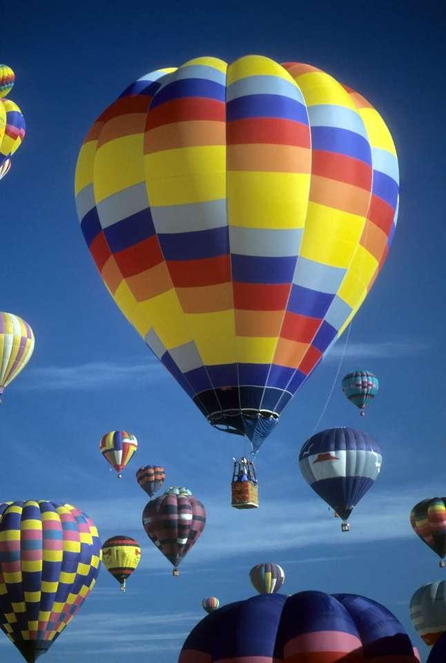Balony na ogrzane powietrze - Balony na ogrzane powietrze, prezentowane podczas Międzynarodowego Festiwalu Balonów w Albuquerque, w amerykańskim stanie Nowy Meksyk. Zasada działania tego typu pojazdów latających jest bardzo (6×9)