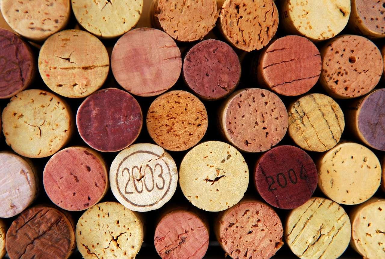 Korki od butelek z winem - Tradycyjne zamknięcia do butelek z winem wykonuje się z kory dębu korkowego. Największą produkcją korka może się poszczycić Portugalia, na którą przypada połowa światowej produkcji. Dęby (14×9)