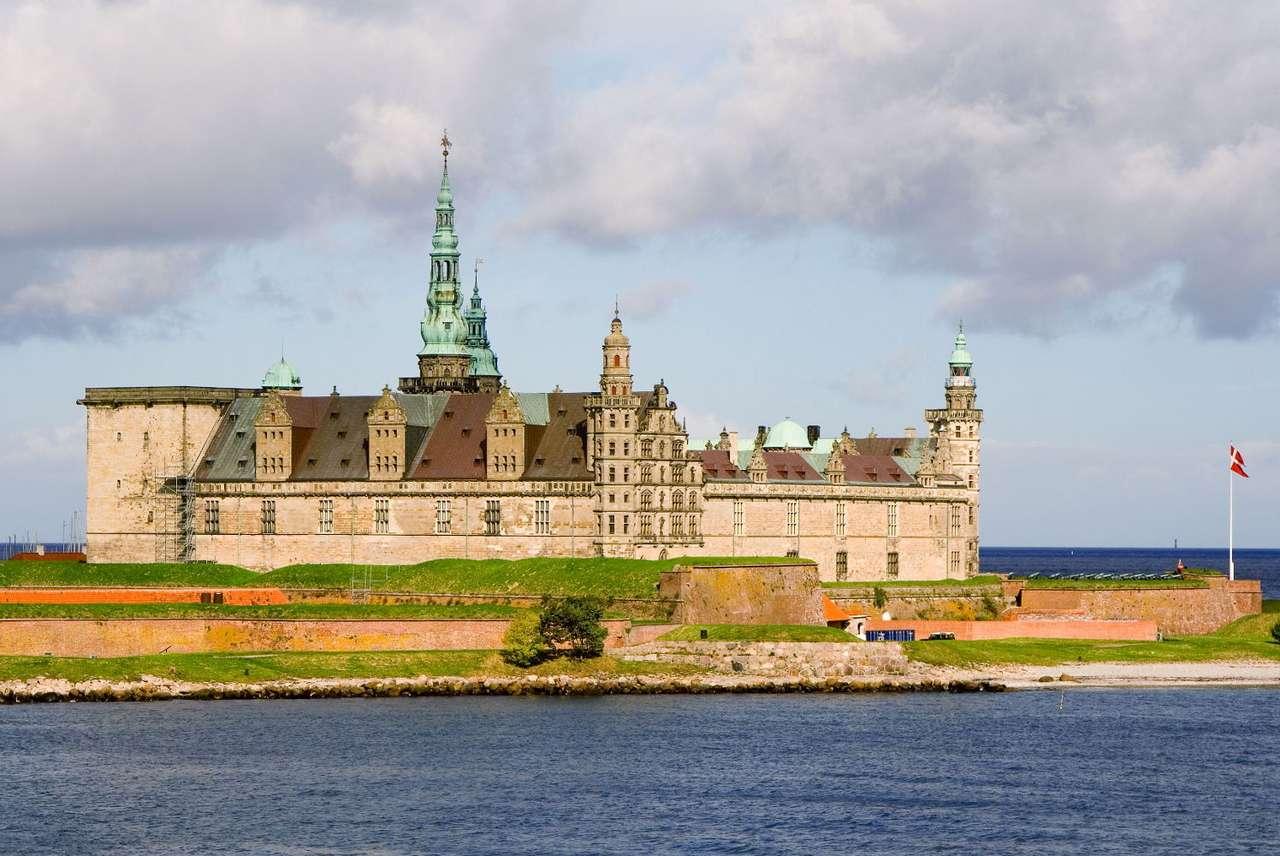 Zamek Kronborg w Elzynor (Dania) - Zamek Kronborg w dużej mierze swoją sławę zawdzięcza Szekspirowi, który fortecę uczynił tłem Hamleta. W sztuce zamek nazywany jest Elsynor, od miejscowości, w której się znajduje. Na teren (8×5)