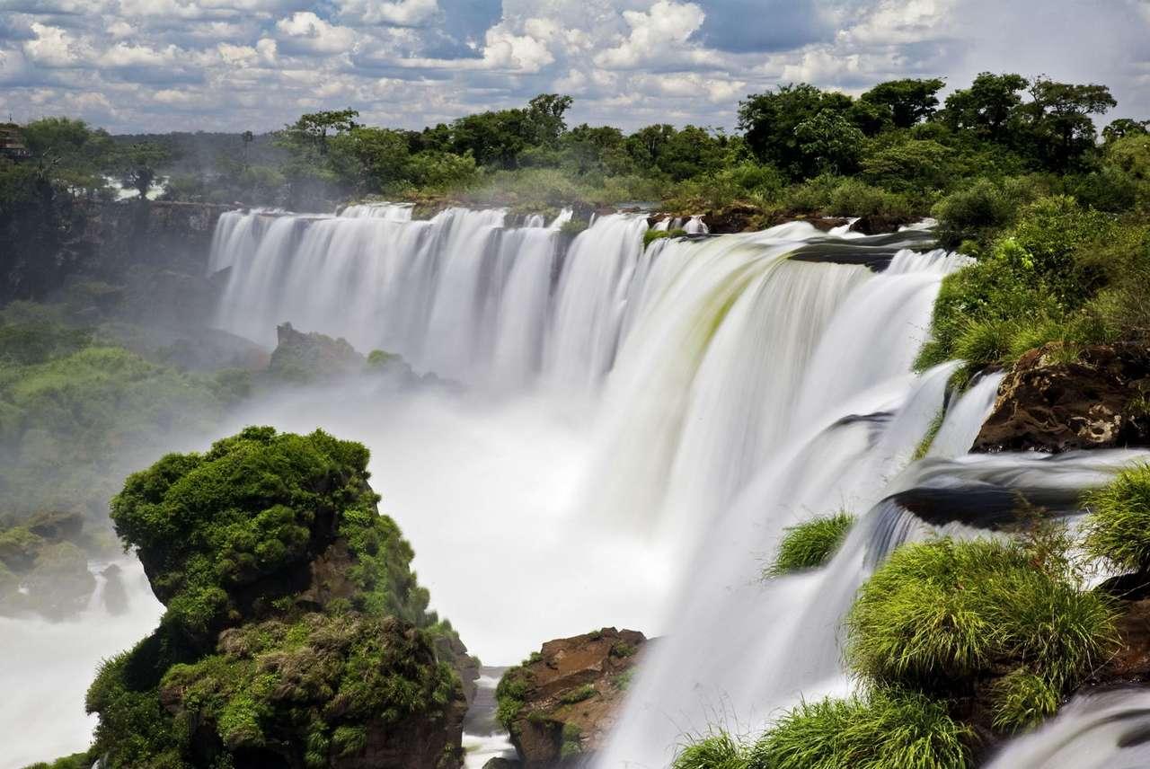 Wodospad Iguaçu (Brazylia) - Wodospad Iguaçu (Iguazu), położony na granicy Brazylii i Argentyny, to tak naprawdę połączenie około 270 odrębnych wodospadów. Jego nazwa pochodzi od rzeki Iguaçu, przez której wody jest za (10×6)
