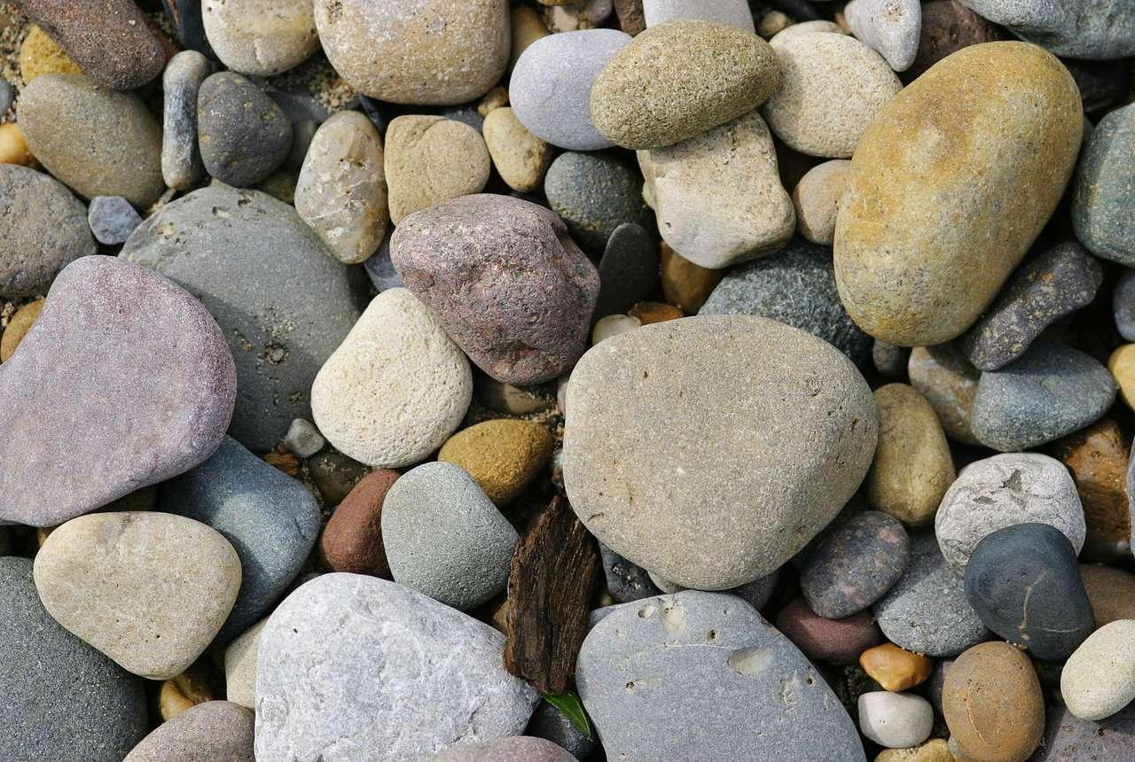 Małe kamienie - Kamienie małe i nieco większe. Różne kształty i kolory, wszystkie podobne a każdy inny. Kamienie można zbierać na plaży, albo narzekać na nie, gdy na plaży jest ich zbyt dużo (16×10)