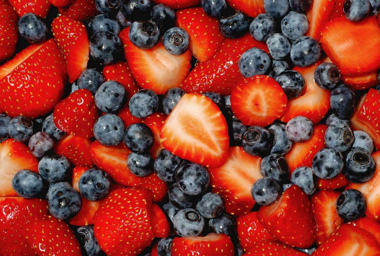 Truskawki i borówki - Soczyste truskawki i borówki mogą być świetnym deserem, szczególnie gdy dodamy do nich bitą śmietanę. Oba owoce są bogate w witaminy i minerały. Wartości odżywcze tych pysznych owoców są (14×9)