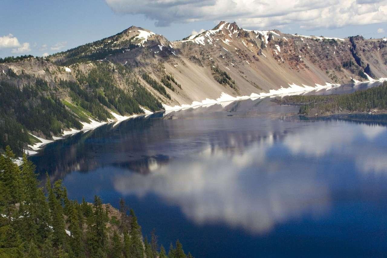 Jezioro Kraterowe (USA) - Jezioro Kraterowe, położone w amerykańskim stanie Oregon, w centrum Parku Narodowego Jeziora Kraterowego. Znane jest z kryształowo czystej wody, dzięki której jezioro ma głęboką, niebieską b (9×6)