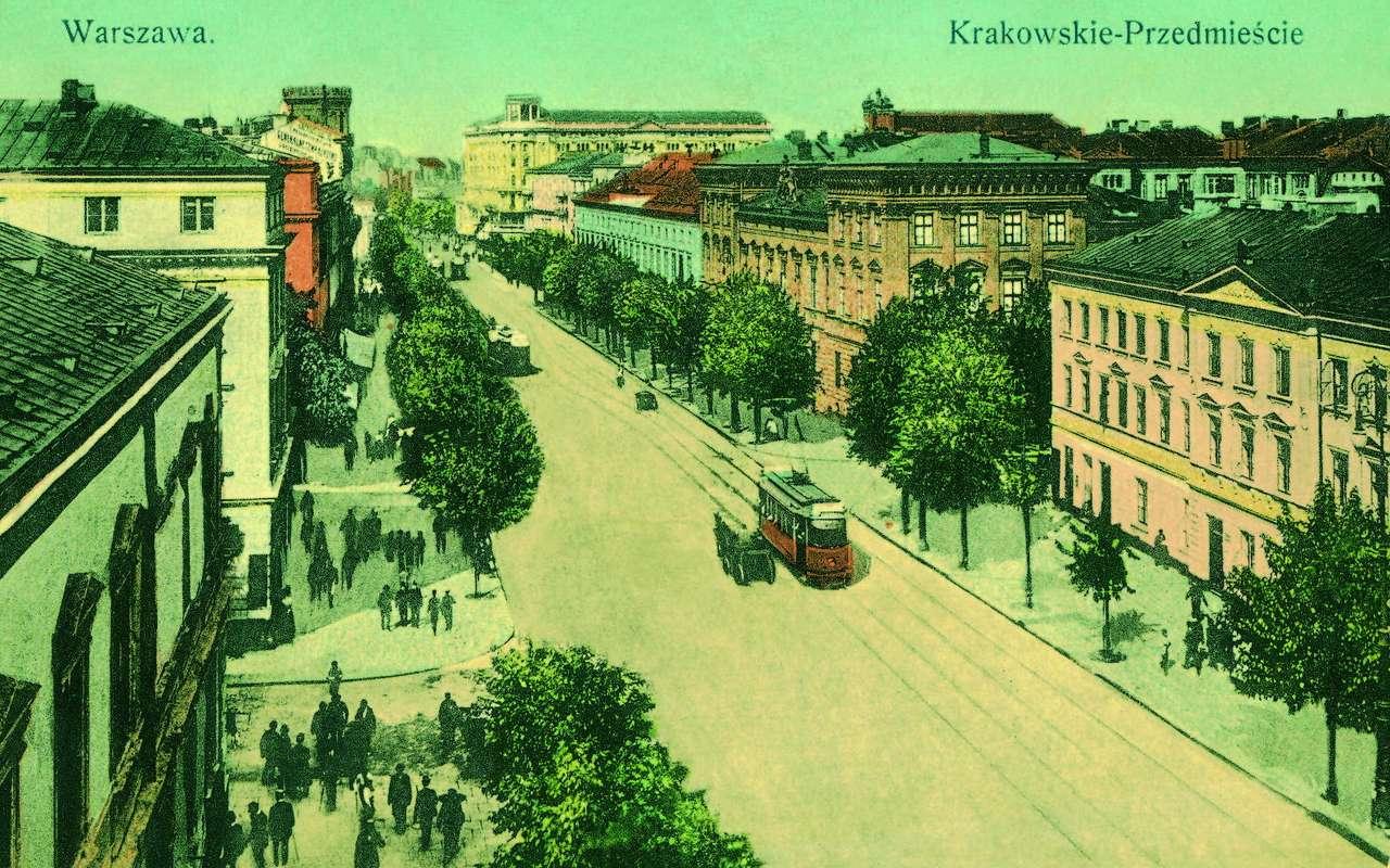 """Krakowskie Przedmieście - Krakowskie Przedmieście, przed 1915 rokiem.    """"... przy rogu Krakowskiego Przedmieścia i ul. Koziej, ... istniała mała kawiarenka Brzezińskiej, jedna z dwu, w których były gazety krajowe i (15×7)"""