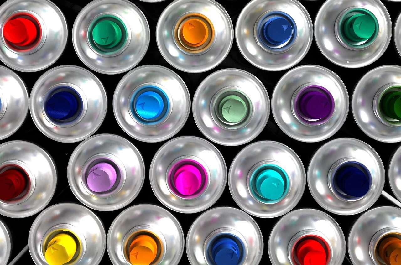 Puszki z farbą - Puszki z różnokolorowymi farbami w aerozolu. Aerozole często spotykamy w życiu codziennym, w produktach takich jak farby, dezodoranty czy nawet gaśnice (12×9)