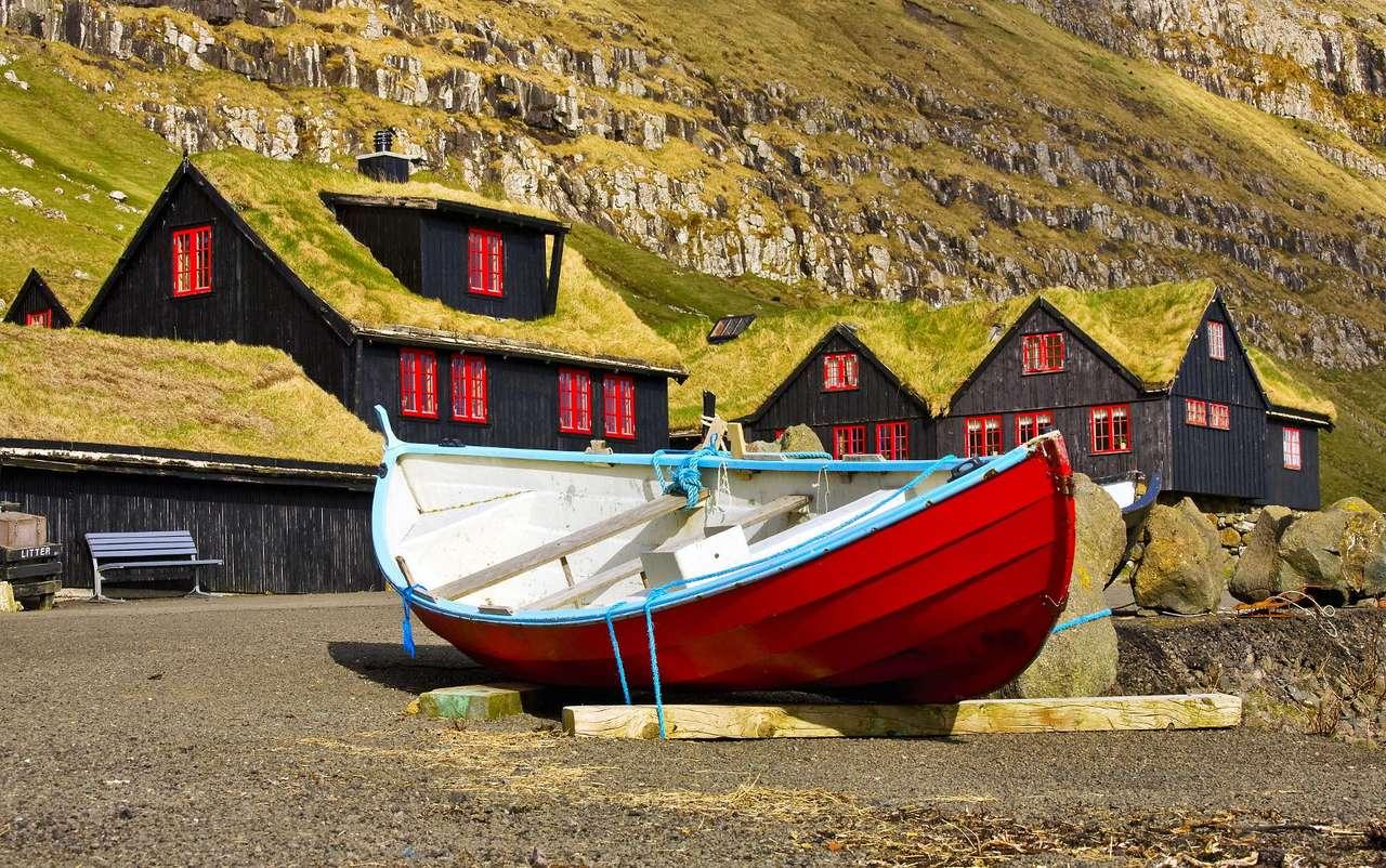 Łódka w Kirkjubøur (Wyspy Owcze) - Kirkjubøur to niewielka osada na wyspie Streymoy, należącej do archipelagu Wysp Owczych. Ta mała wioska w okresie średniowiecza była miastem i ważnym portem. Później miasto traciło na swoim (10×6)
