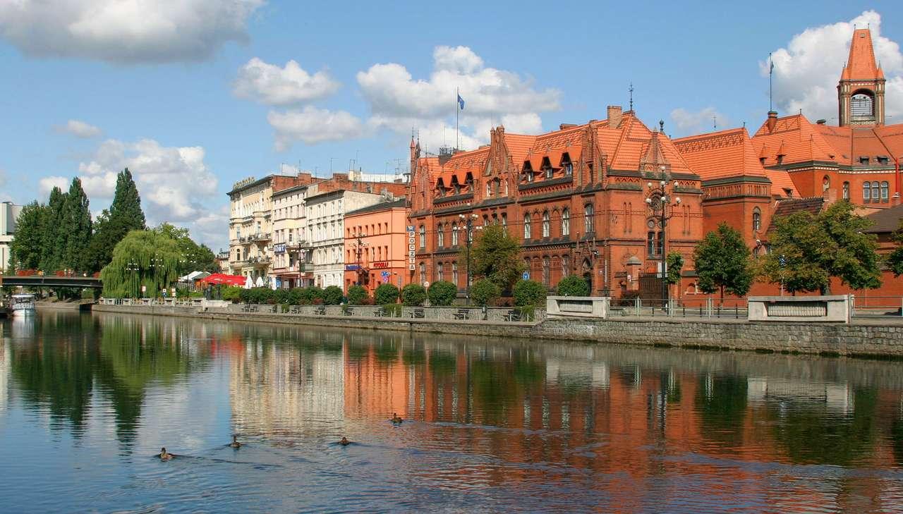 Nad Brdą - Na uwagę turystów odwiedzających Bydgoszcz zasługuje z pewnością Stare Miasto położone nad rzeką Brdą. Stare budynki można podziwiać podczas spaceru lub z pokładu tramwaju wodnego, zalicz (11×6)