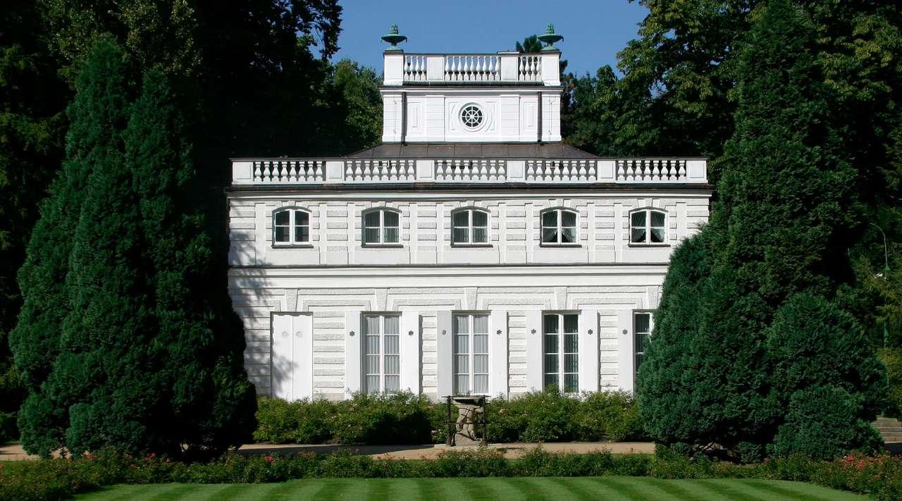 Biały Domek w Łazienkach - Klasycystyczny budynek wzniesiony w drugiej połowie XVIII wieku w Łazienkach Królewskich w Warszawie. Drewniana, tynkowana budowla powstała na planie kwadratu, a wszystkie jej fasady mają jednako (12×6)