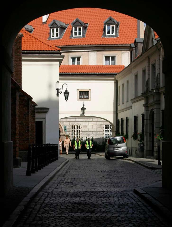 Ulica Dziekania w Warszawie - Ulica warszawskiego Starego Miasta, biegnąca wzdłuż katedry św. Jana, wytyczona w XIV wieku. W 1944 roku, podczas powstania warszawskiego, otoczenie ulicy zostało zniszczone za sprawą eksplozji (6×8)