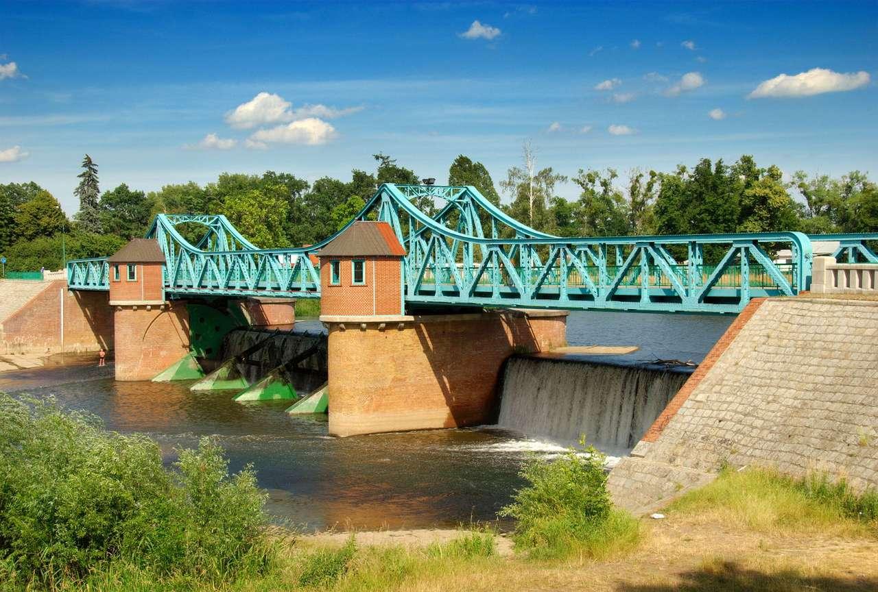 Most Bartoszowicki we Wrocławiu - Stalowy Most Bartoszowicki położony nad jazem stopnia wodnego Kanału Powodziowego. Most ma długość 110 metrów, a szerokość tylko nieco ponad 5 metrów. Powstał na początku XX wieku. W nocy (9×6)