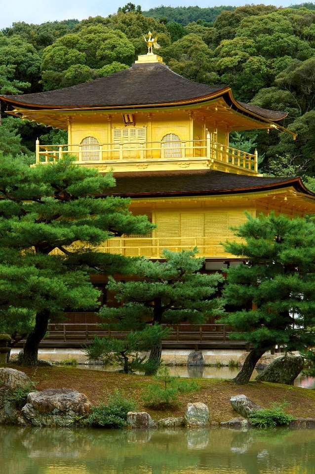 Kinkaku-ji (Japonia) - Kinkaku-ji (Złoty Pawilon) jest buddyjską świątynią w Kioto (Japonia). Budowla jest przykładem najwyższego okresu rozwoju architektury zen. Oryginalnie Złoty Pawilon został wybudowany w 1397 (7×11)