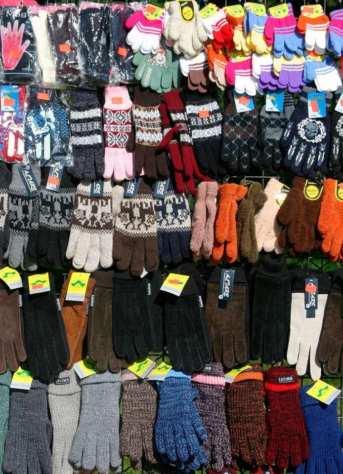 Rękawiczki - Rękawiczki to popularne nakrycie na dłonie. Są ważnym elementem stroju, nie tylko zimowego. Noszone są zarówno dla ozdoby jak i dla ochrony, chociaż pełnić mogą przeróżne inne funkcje. Chr (14×19)