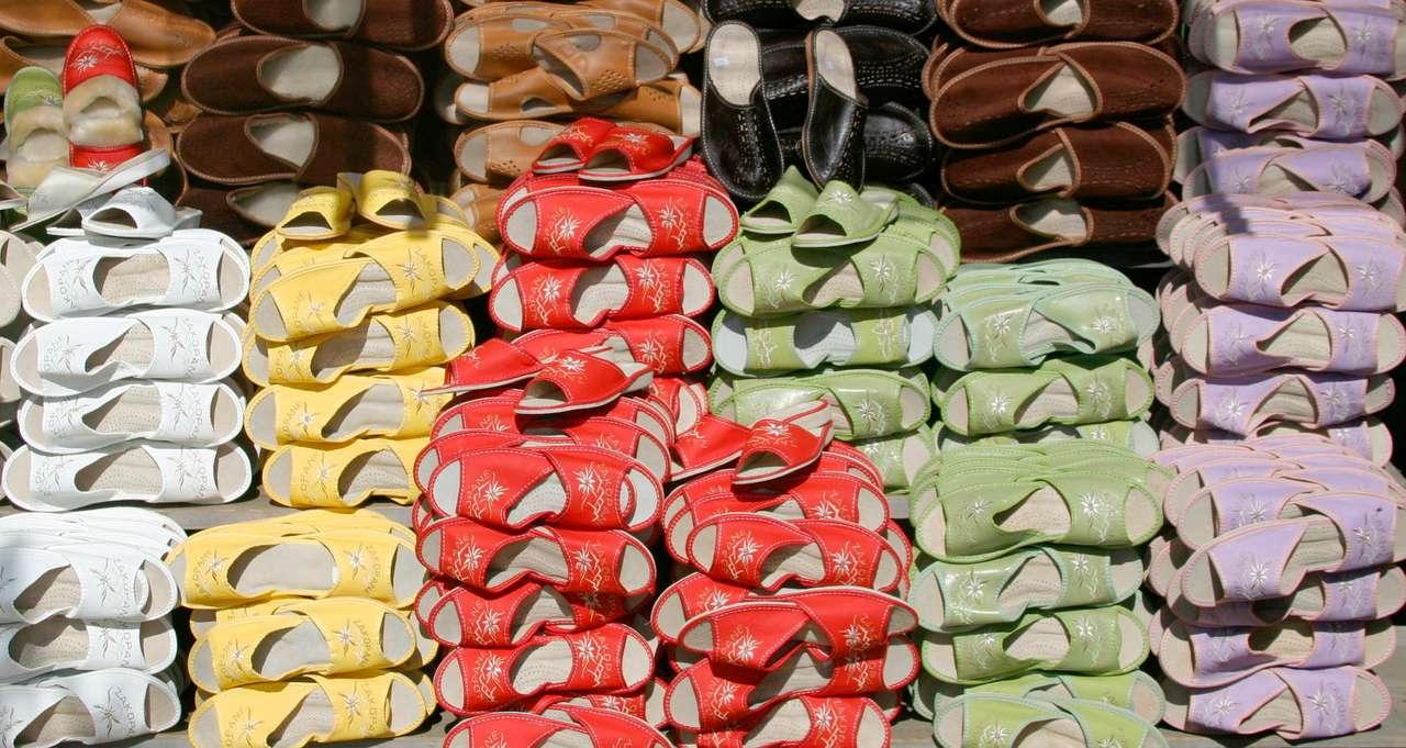 Góralskie kapcie - Dobre na lato i zimę. Ciepłe i solidne. Duży wybór kolorów i rozmiarów pozwoli odnaleźć każdemu właściwą parę dla siebie (19×10)