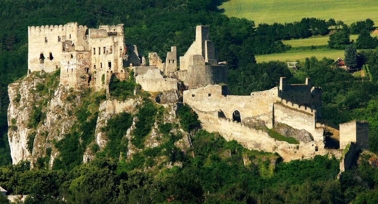 Zamek Beckov (Słowacja) - Ruiny zamku Beckov wznoszą się na stromym skalnym wzniesieniu, nad miejscowością o tej samej nazwie, w zachodniej Słowacji. Kamienne fortyfikacje zostały wybudowane prawdopodobnie w połowie XII (12×6)