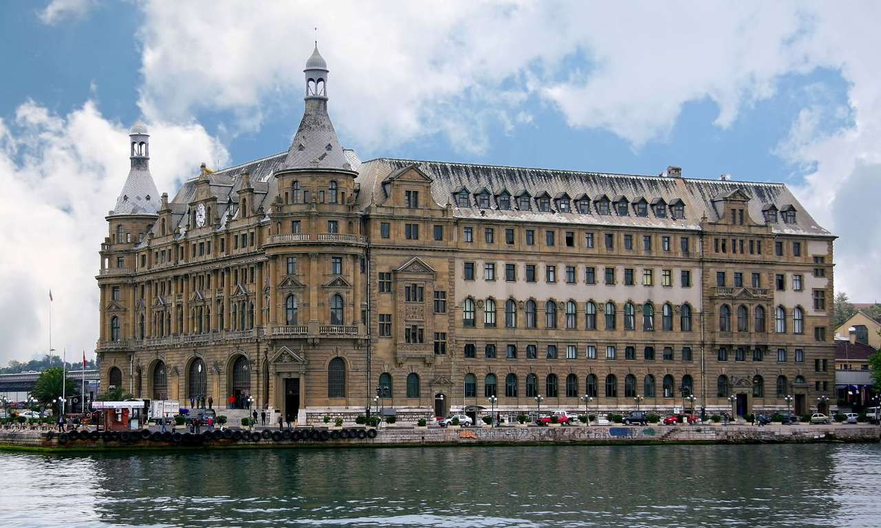 Istanbul Haydarpaşa (Turcja) - Stacja kolejowa Istanbul Haydarpaşa w Stambule (Turcja) położona jest nad cieśniną Bosfor. Pierwsza stacja w tym miejscu powstała już w 1872 roku, jednak budynek szybko okazał się zbyt mały (11×6)